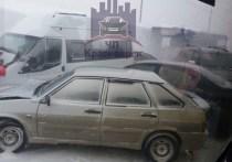 Некоторые из машин получили серьезные повреждения: сейчас на месте ДТП работают сотрудники ГИБДД и МЧС