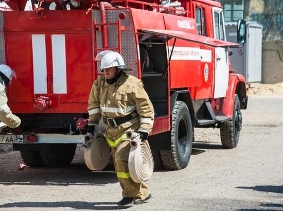 На западе Волгограда загорелся балкон в многоэтажке: есть пострадавший