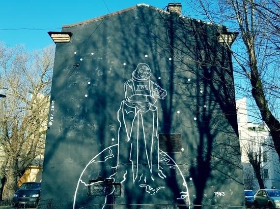 Уличные художники создавали портрет Терешковой под мат и угрозы
