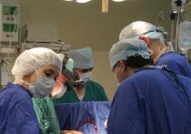 Огромную злокачественную опухоль около 12 см в диаметре удалили из грудной клетки 15-летней девочки врачи Российского научного центра хирургии им