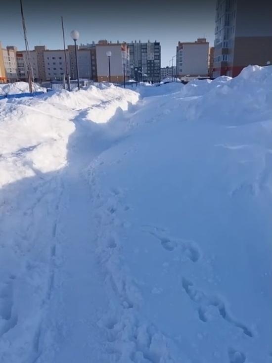 Новоуренгойцы пожаловались в соцсетях на снежные завалы