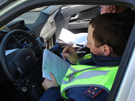 Сотрудники ДПС и налоговики вместе проверили таксистов
