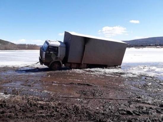 КамАЗ провалился под лёд на закрытой переправе под Жигалово