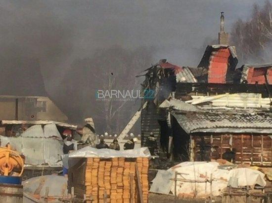 В поселке Лесном под Барнаулом горят жилые дома