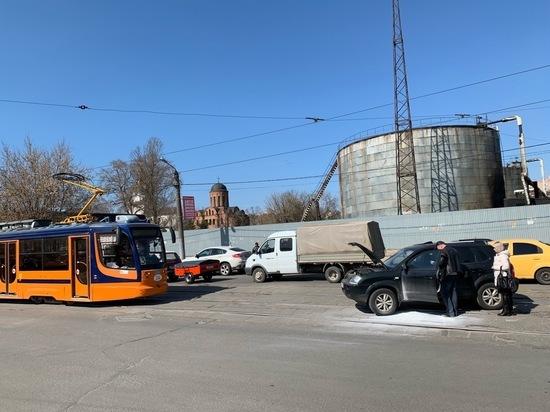В Смоленске из-за загоревшегося автомобиля стали трамваи