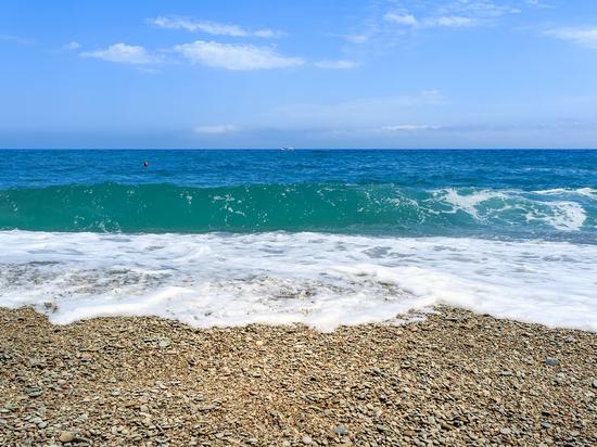 Лето скоро: спасатели расчищают пляжи Алушты от потенциальной опасности