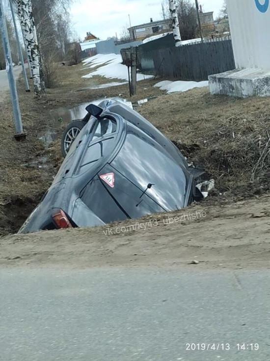 На Победиловском тракте иномарка провалилась в яму на обочине