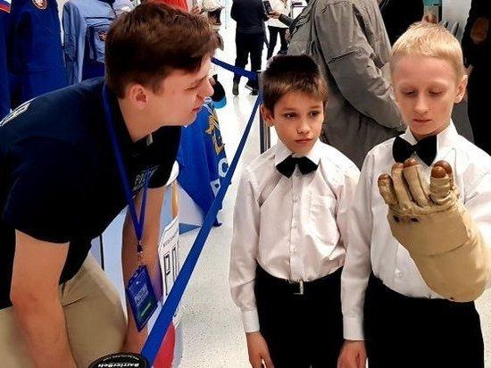 «Поехали!»: волгоградцы примеряют экипировку космонавтов на выставке