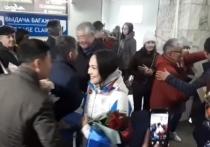 Чемпионку из Бурятии в аэропорту завалили цветами