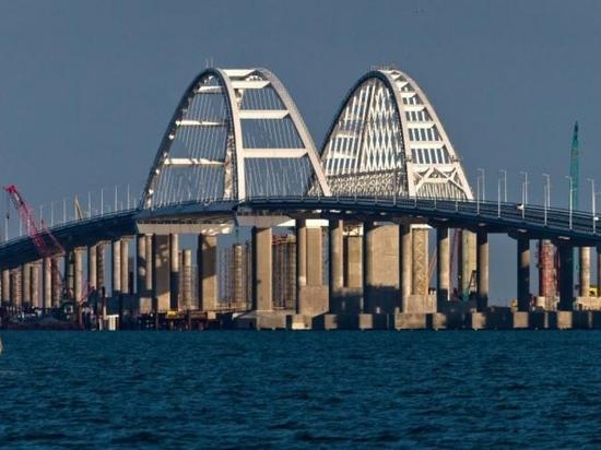 На Крымском мосту начали укладывать рельсы со стороны Керчи