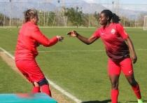 Победный гол в этой игре оказался весьма эффектным - камерунская нападающая приняла пас и отправила мяч в ворота ударом через себя