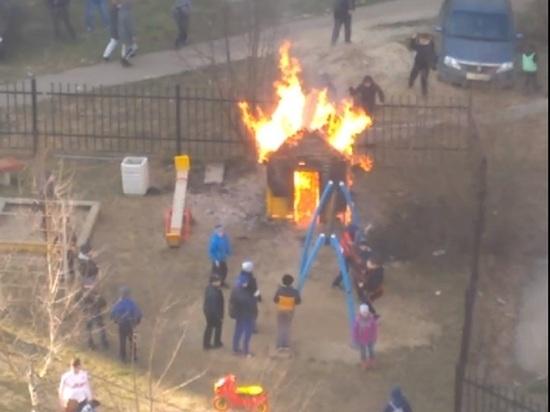 Маленький мальчик спички нашел: в Ярославле малыш сжег домик на детской площадке