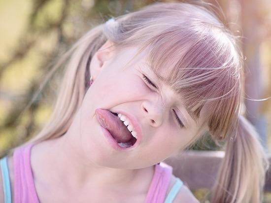 Диетологи рассказали, предвестником каких проблем бывает покраснение языка