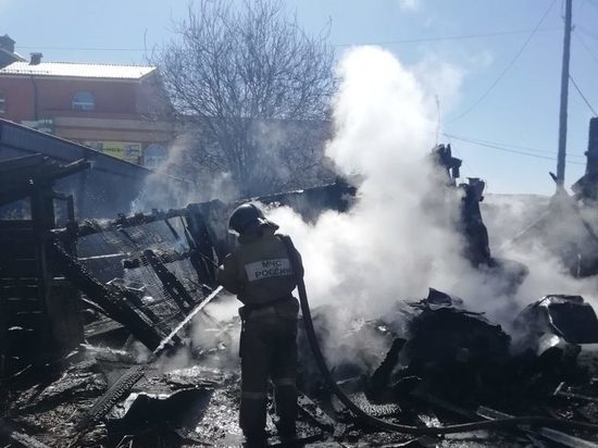 В Чебаркуле спасли двух маленьких девочек из горящего дома