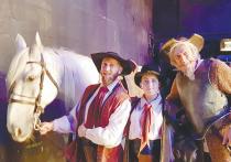 «Коня для самозванца!» — раздается призывный клич, и на легендарную сцену Большого театра степенно и гордо выходит… белоснежный мерин