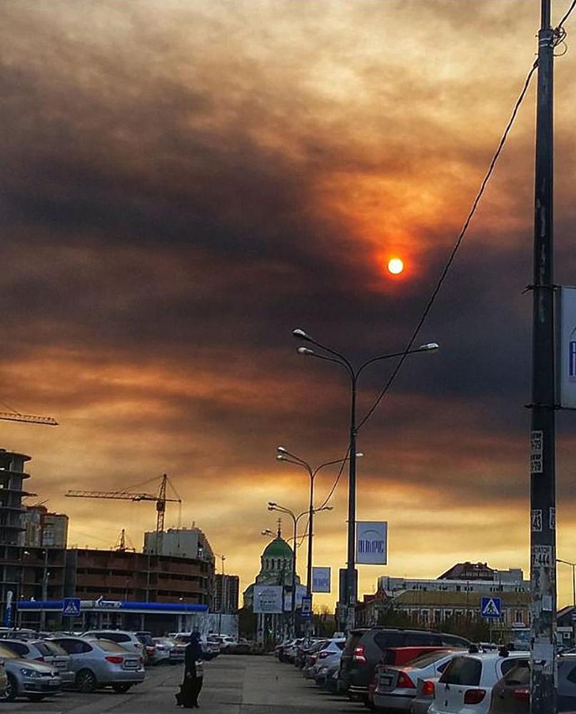 Апокалиптическое небо перепугало астраханцев: кадры черного неба