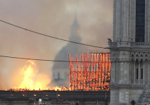 Пожар перекинулся на новые части Нотр-Дам