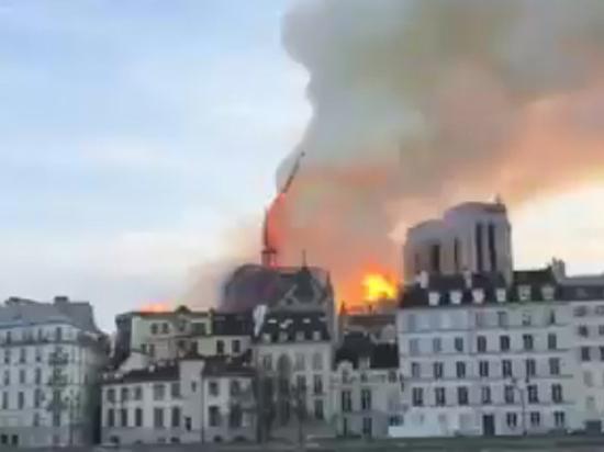 Горящий шпиль собора Парижской Богоматери провалился