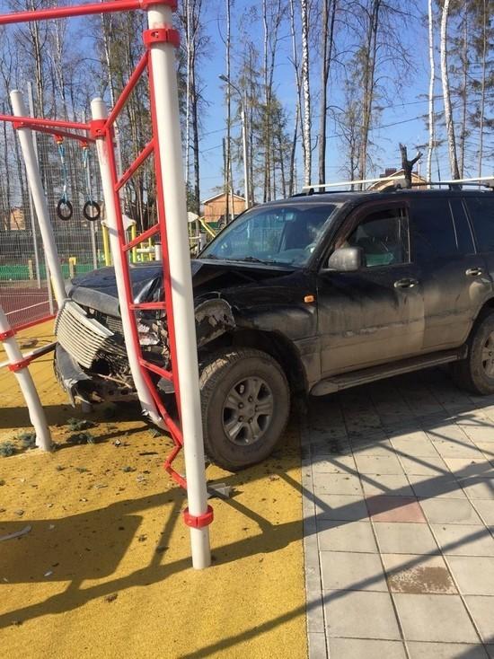 Внедорожник снес дерево, забор и врезался в детскую площадку в Обнинске