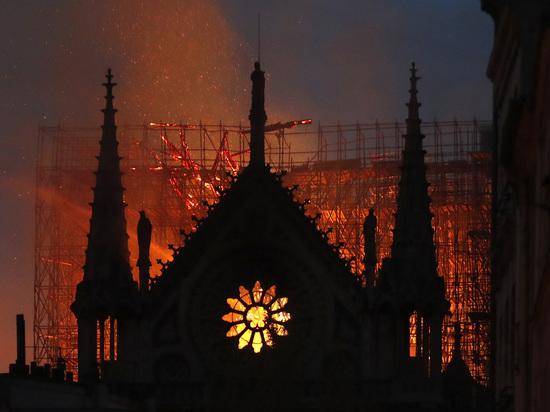 Появилась угроза полного обрушения здания собора Парижской Богоматери