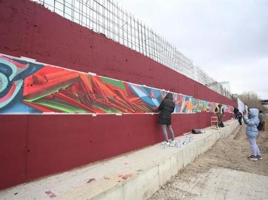 На правобережной набережной Красноярска появилась огромная картина