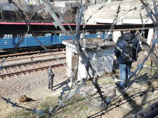 Псих, захвативший заложницу в метро, сначала стоял на рельсах
