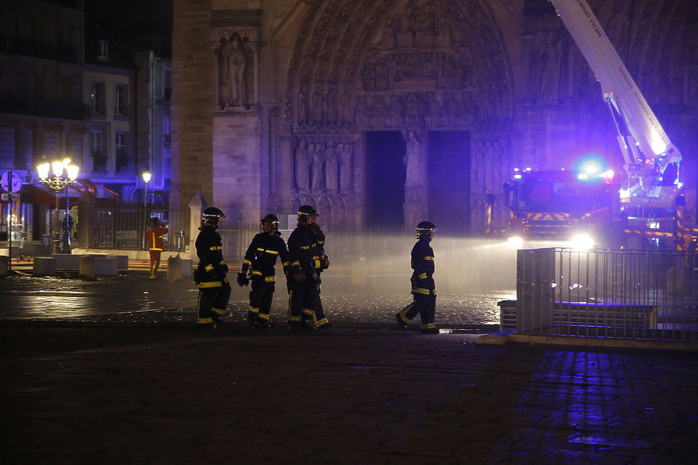 Конспирологи увидели в пожаре Нотр-Дама теракт против христианского мира