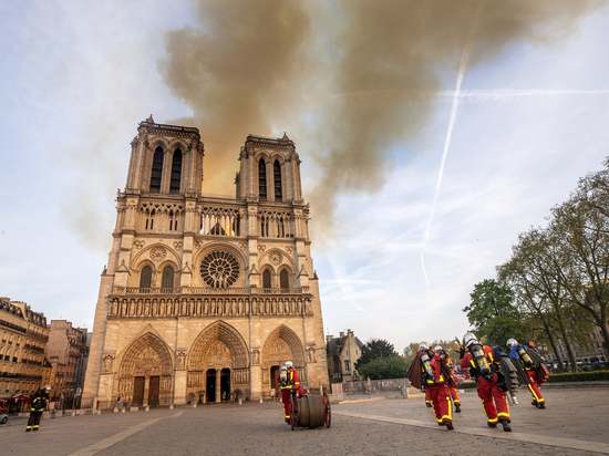Во Франции увидели мистику в пожаре Нотр-Дама: «За неделю до Пасхи»