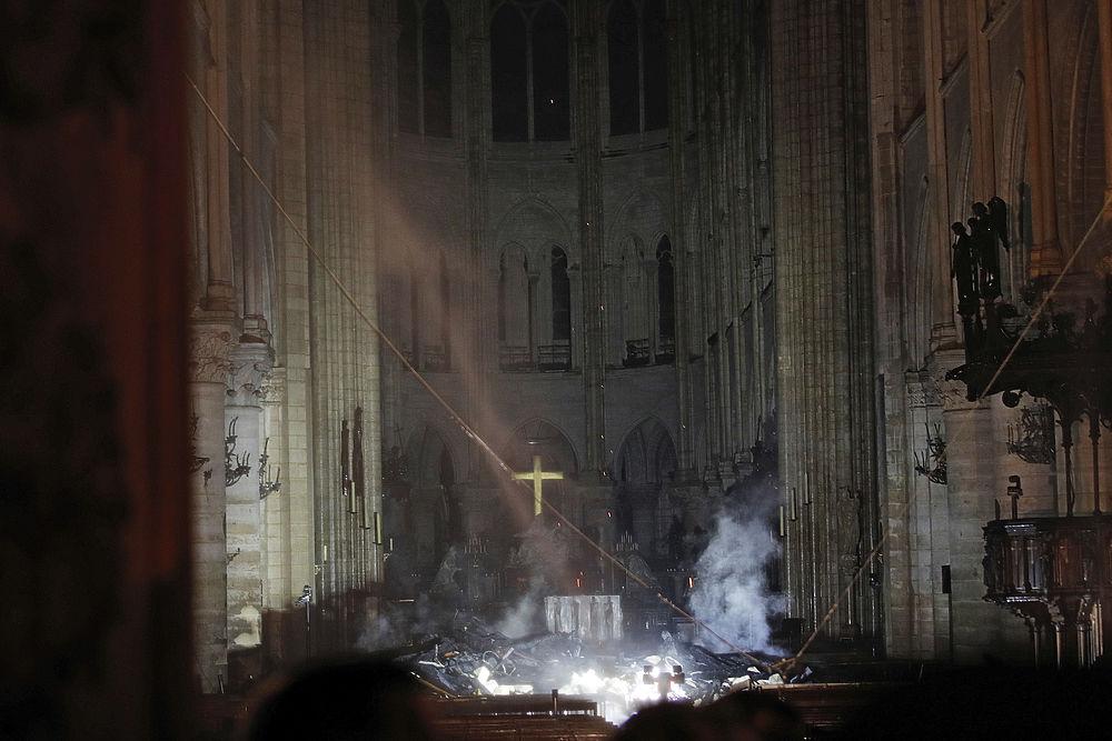 Нотр-Дам после пожара: впечатляющие кадры изнутри