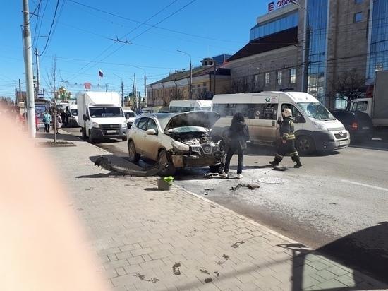 На проспекте Ленина в Туле воспламенился автомобиль