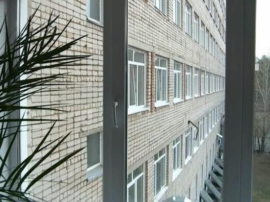 Мужчина упал из окна больницы в Бийске