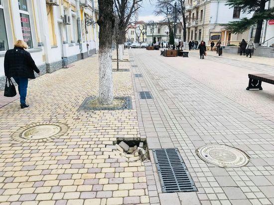 До конца недели в центре Симферополя отремонтируют просевшую плитку