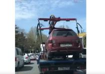В Сочи эвакуатор увёз машину вместе с водителем