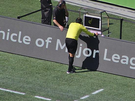«VAR бесит»: футбольная видеоновинка вызывает все больше вопросов