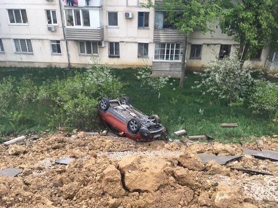 В Севастополе парковка рухнула вместе с автомобилями