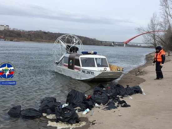 Новосибирские спасатели вывезли мусор с острова на Оби