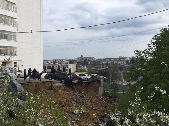Обвал парковки в Севастополе повредил шесть автомобилей