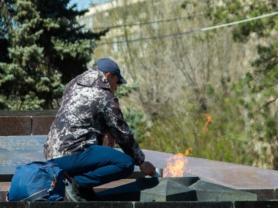 Гревшего воду на Вечном огне в Волгограде мужчину отправили лечиться