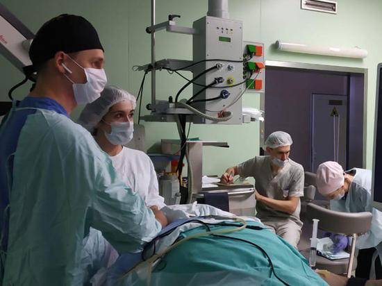 Хирурги поставили протез уха женщине, оглохшей из-за соли