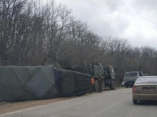«Урал» пал: в Крыму на трассе перевернулся военный грузовик