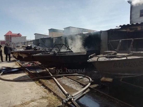 Пожар уничтожил лодки и катера на причале в Барнауле