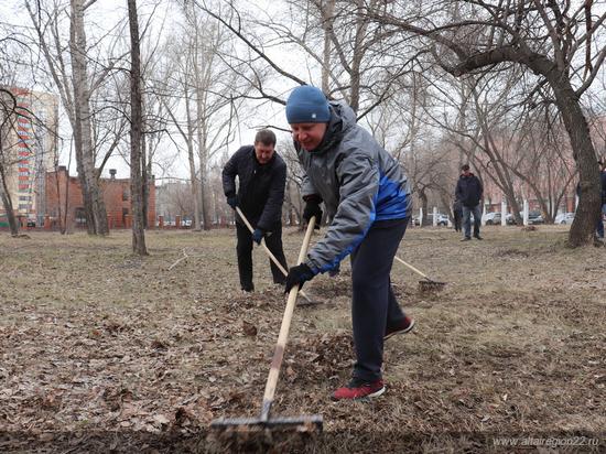 Мэр и губернатор вышли на субботник в Барнауле