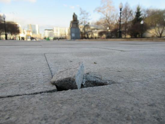 Многомиллионный гранит в сквере Попова в Екатеринбурге уже разрушился