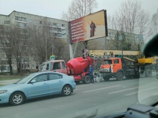 Кран и бетономешалка столкнулись в Барнауле