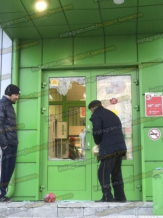 В Кемерове мужчина разбил стекло на двери супермаркета и убежал