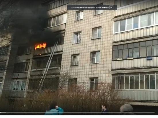 Мощный пожар в многоэтажке Калуги засняли очевидцы