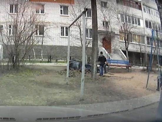Подростки в Кимрах разбросали по двору собранный на субботнике мусор