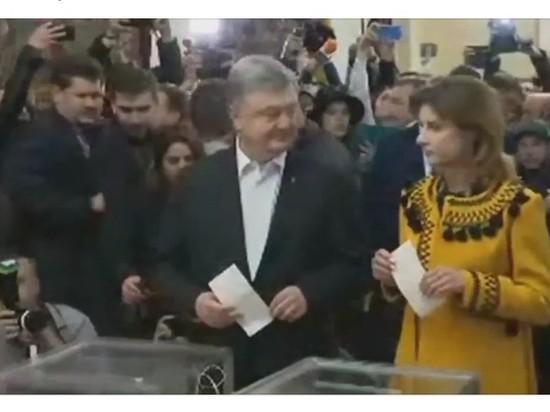 Порошенко пришел из храма и проголосовал на выборах президента Украины