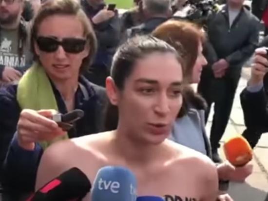 Активистка Femen бросилась на Зеленского с голой грудью