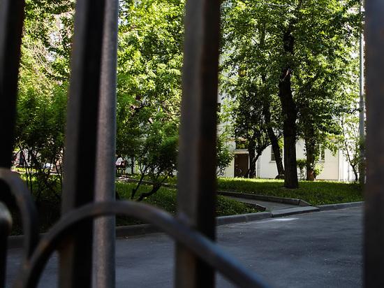 Во дворах ликвидируют ограды: почему жители пятиэтажек в бешенстве